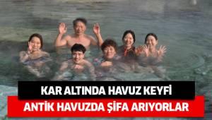 Pamukkale'de kar altında antik havuz keyfi.