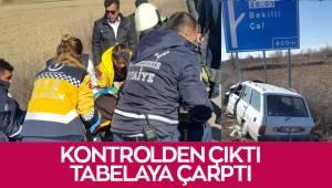 Kontrolden çıkan otomobil yön tabelasına çarptı: 1 yaralı