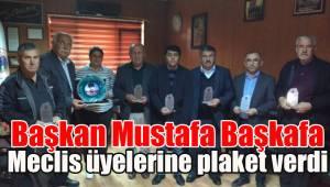 Başkan Mustafa Başkafa Meclis üyelerine plaket verdi