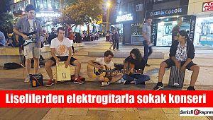 Liselilerden elektrogitarla sokak konseri