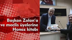 Başkan Zolan'a ve meclis üyelerine Honaz kitabı