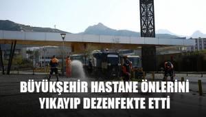 Büyükşehir hastane önlerini yıkayıp dezenfekte ediyor