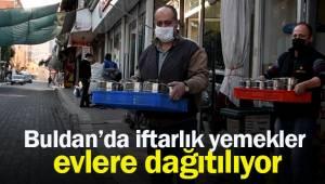 Buldan'da İftarlık yemekler evlere ulaştırılıyor.