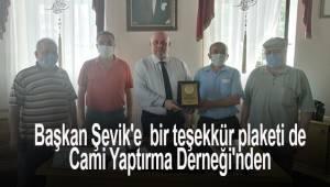 Başkan Şevik'e bir teşekkür plaketi de Cami Yaptırma Derneği'nden
