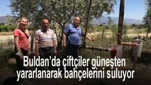 Buldan'da çiftçiler güneşten yararlanarak bahçelerini suluyor