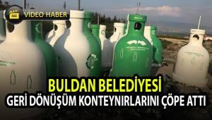 Buldan Belediyesi geri dönüşüm konteynırlarını çöpe attı